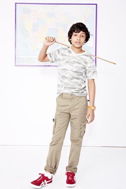 Un pantalón tipo 'cargo' en color neutro le permitirá comb...
