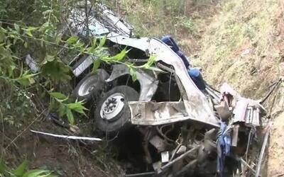 Un autobús cargado de feligreses cayó por un precipicio y causó la muert...