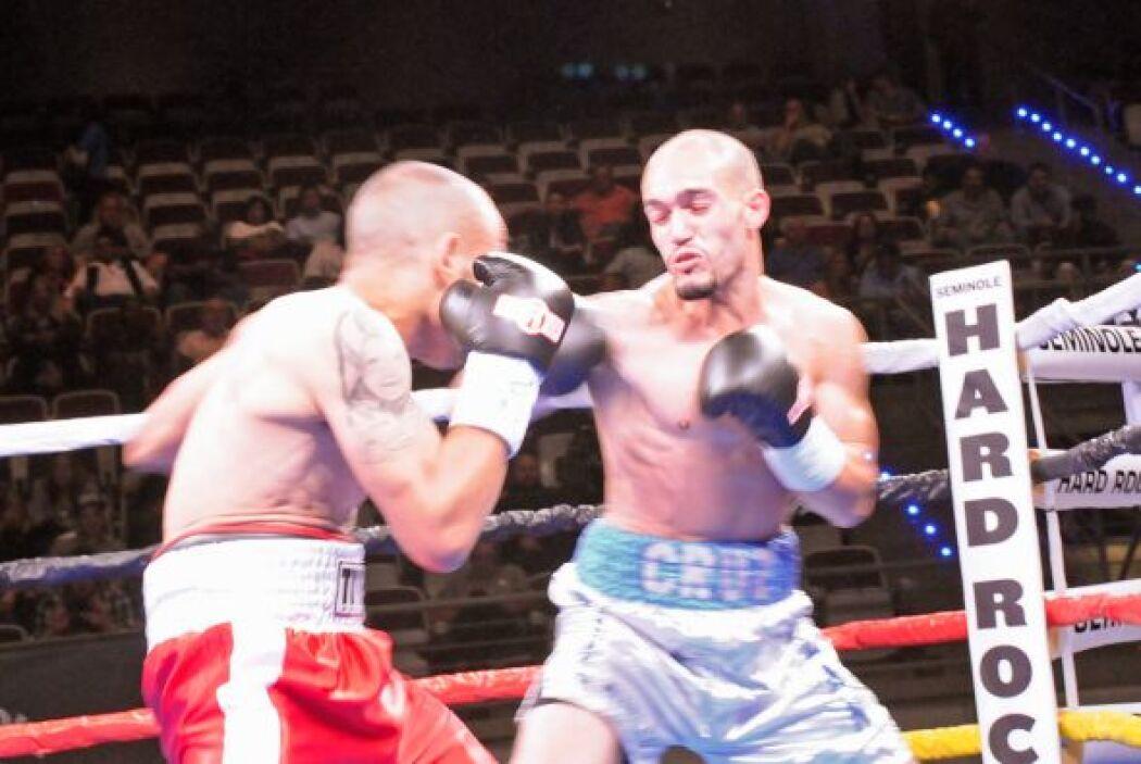 En una pelea del peso mosca el invicto Ricardo Hernández enfrentó a Jess...