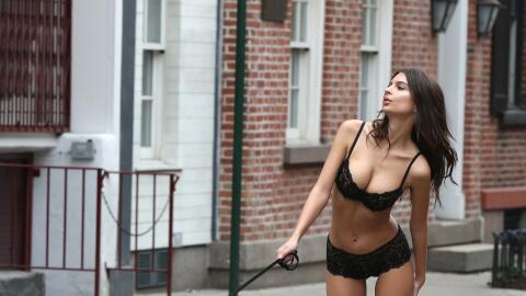 A pesar del clima invernal, Emily Ratajkowski salió a pasar por l...