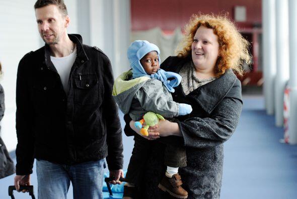 Las cientos de familias caminaron por el aeropuerto con la dicha de sus...