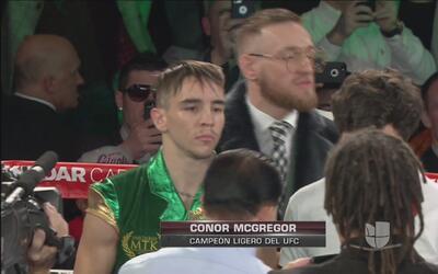 Michael Conlan apoyado en el cuadrilátero por Conor Mcgregor en un día m...