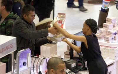 Granjeros aumentan salarios para atraer trabajadores de campo a Californ...