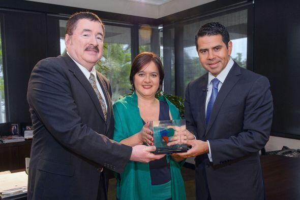 Aquí, ambos con Cesar Conde, presidente de Univision.