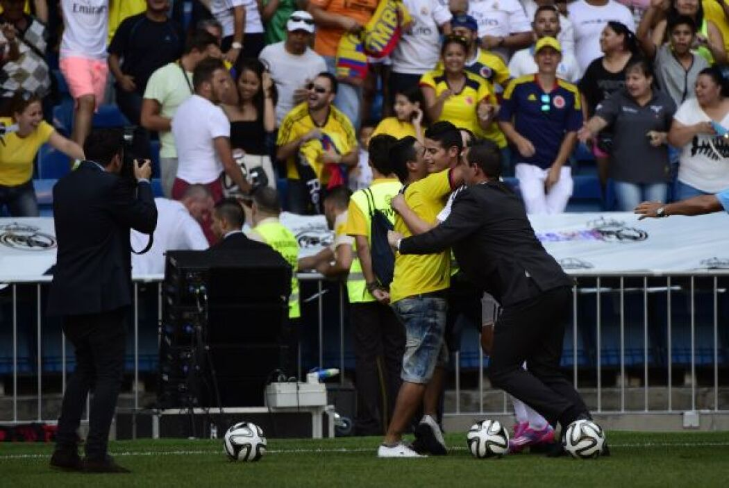 Los fanáticos colombianos no perdieron la oportunidad y pintaron un poco...