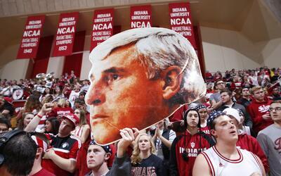 Fanáticos de los Hoosiers de Indiana sostienen un afiche de la cabeza de...