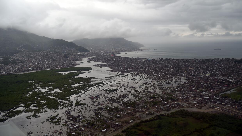 Vista de Cap Haitien desde las alturas. La ciudad está rodeada de agua y...