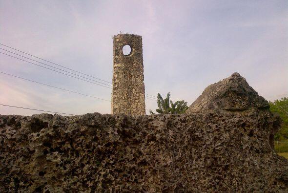 Los turistas pueden conocer el castillo con guías o utilizar un audio en...