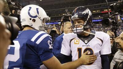 Andrew Luck y Peyton Manning representan las dos caras de las generacion...