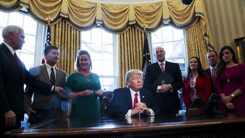 Trump firma medidas para reducir regulaciones financieras