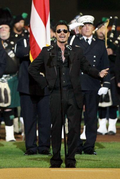 Mark Anthony cantó el himno nacional.