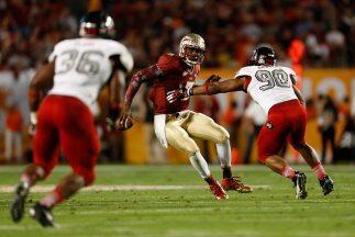 E.J. Manuel, quarterback de los Seminoles de Florida State, corre con el...