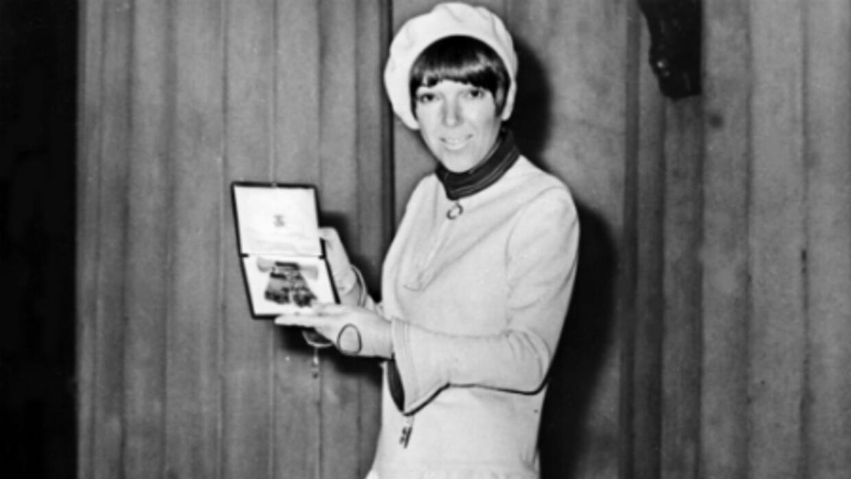 Mary Quant inventó la minifalda en 1965, inspirada en el auto Mini.