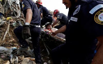 Bomberos trasladan a un trabajador del basurero que resultó herido en el...