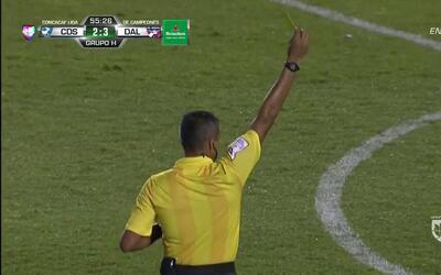 Tarjeta amarilla. El árbitro amonesta a Jesse González de FC Dallas