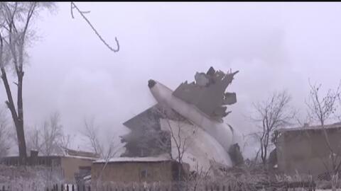 Al menos 37 personas muertas al estrellarse un avión de carga contra una...