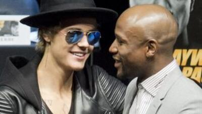 Justin Bieber se 'coló' a la conferencia de Mayweather Jr. y Pacquiao.