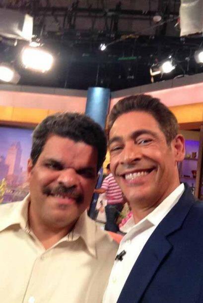 """Foto para el recuerdo con Luis Guzmán, orgullo boricua"", escribió Johnn..."