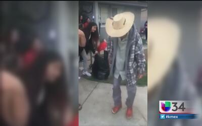 Abuelito mexicano no pierde su espíritu alegre