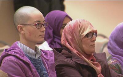 Decenas de personas se reúnen para expresarse en contra de la discrimina...