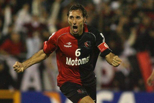 Rolando Schiavi es un defensor argentino. Comenzó en el modesto Argentin...