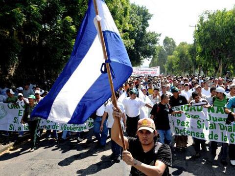 Miles de estudiantes y jóvenes nicaragüenses protestaron en...