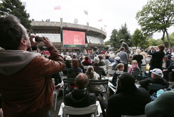 Y fuera del estadio, los aficionados no perdían detalle del partido.