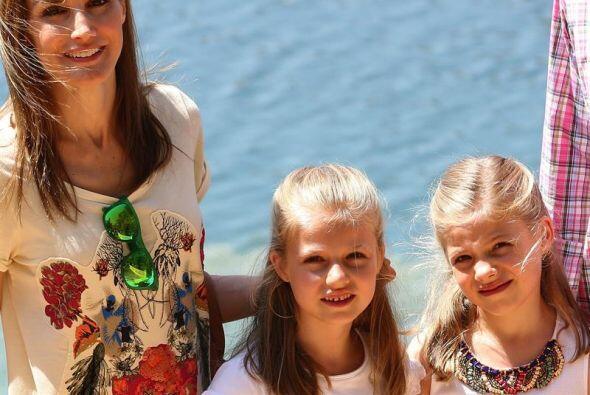 La reina Letizia junto a sus hijas, la princesa Leonor y la infanta Sof&...