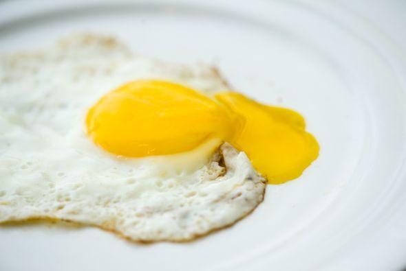 3. HUEVOS: Son ricos en proteínas y contienen nutrientes que evitan que...