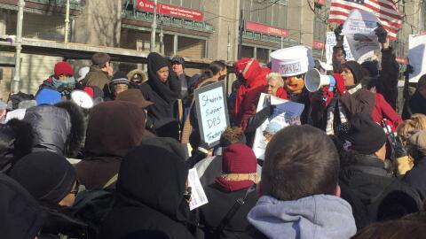 Padres y maestros protestan frente a sede del distrito escolar de Detroit