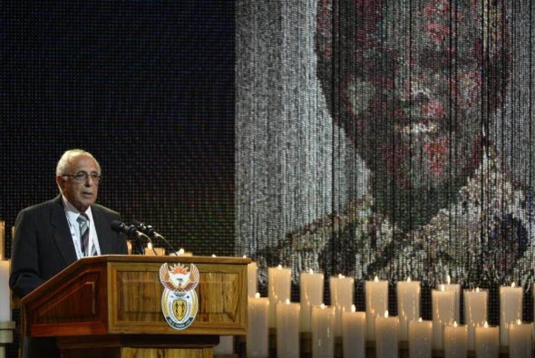 Los restos de Mandela fueron colocados delante del escenario blanco, en...