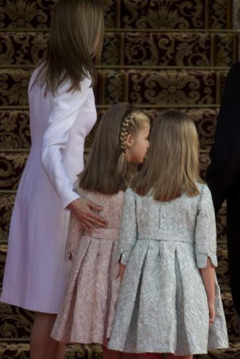 La infanta y la princesa portaron vestidos iguales en colores azul y rosa.