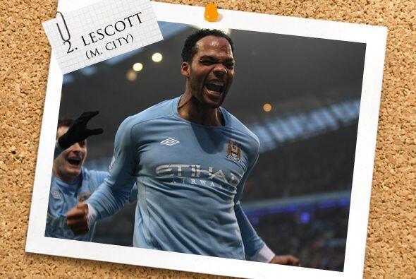 También de Manchester, pero del City, Joleon Lescott aparece en l...