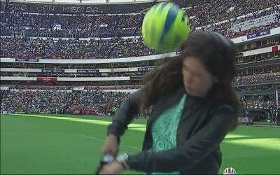 Tremendo balonazo a la cara de reportera durante el América 1-0 Cruz Azul