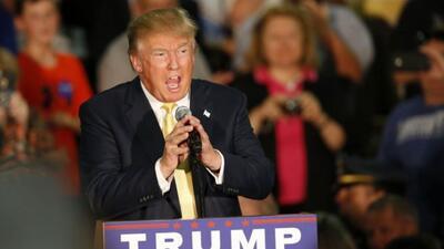 Trump no corrige a uno de sus seguidores que afirma que Obama es musulmán
