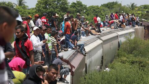 "Migrantes centroamericanos abarrotan el tren ""La Bestia"", que..."