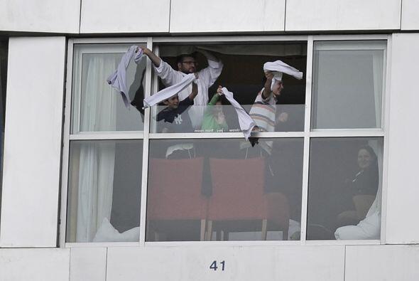 En Toronto, la afición apoya desde las ventanas de sus apartamentos, en...