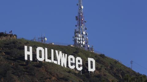 Unas lonas cubren las  letras 'O' del  letrero  de Hollywood para que se...