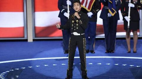 Sebastien de la Cruz canta el himno  en Convención Demócrata