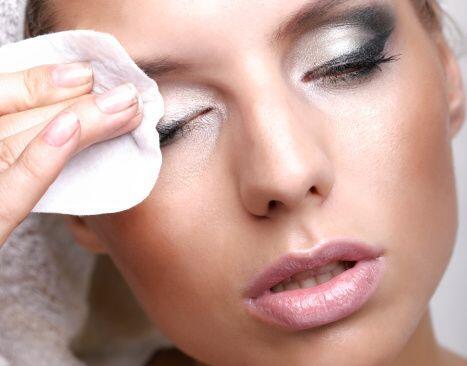 Muy importante es no abusar del maquillaje y siempre usar leches desmaqu...