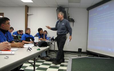Un instructor en WyoTech, uno de los institutos de Corinthian Colleges q...