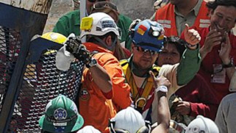 14 de octubre de 2010. El minero chileno Esteban Rojas es rescatado del...