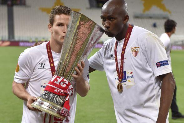 El francés Kevin Gameiro y el camerunés Stephane Mbia besaron el trofeo...