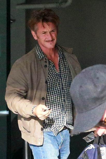 Sean Penn ponía atención a la tierna escena.