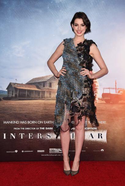 Anne Hathaway, no sabemos en qué estaba pensando cuando eligió este vest...