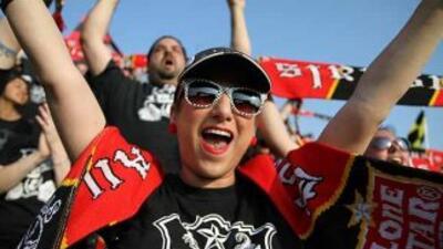 Fanáticos de los San Antonio Scorpions animan al nuevo equipo de futbol...