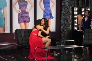 Consolando a la chica que salió de la competencia por estar en embarazo.