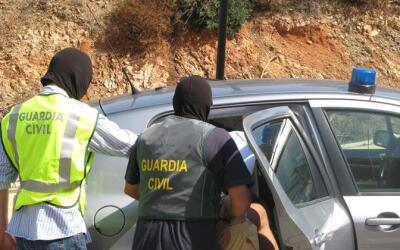 Foto de archivo donde miembros de la Guardia Civil realizan el arresto d...