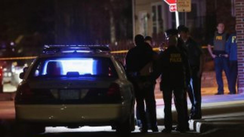 Los agentes llegaron al escenario del tiroteo, un complejo de apartament...