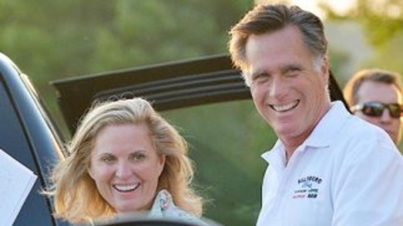 El candidato presidencial del Partido Republicano, Mitt Romney, junto a...
